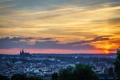 Por do sol sobre o castelo de Praga imagem de stock