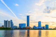 Por do sol sobre o centro de negócios do sol do céu da nuvem do verão de Yekaterinburg Imagens de Stock
