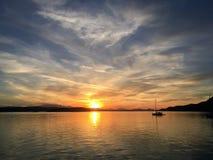 Por do sol sobre o cuspe de Sidney, ilhas do golfo, Columbia Britânica, Canadá foto de stock