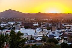 Por do sol sobre o distrito financeiro e montanhas centrais de Windhoek dentro Foto de Stock