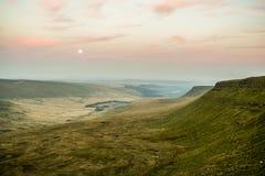 Por do sol sobre o fã da pena Y, cordilheira, Gales Reino Unido Foto de Stock
