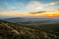 Por do sol sobre o fã da pena Y, cordilheira, Gales Reino Unido Imagem de Stock
