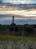 Por do sol sobre o farol de Hatteras do cabo de North Carolina foto de stock