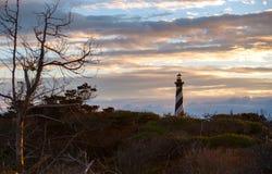 Por do sol sobre o farol de Hatteras do cabo de North Carolina imagem de stock