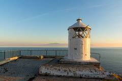 Por do sol sobre o farol em Kavala, Grécia imagens de stock royalty free