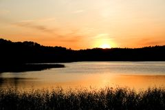 Por do sol sobre o lago Imagem de Stock Royalty Free