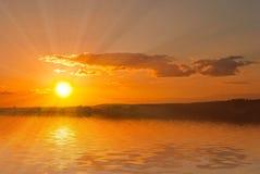 Por do sol sobre o lago Fotografia de Stock
