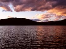Por do sol sobre o lago fotografia de stock royalty free