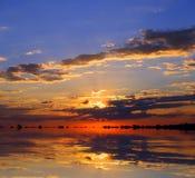 Por do sol sobre o lago Imagens de Stock Royalty Free