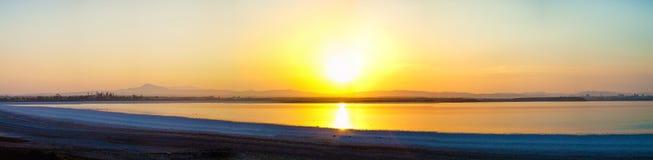 Por do sol sobre o lago, beleza cipriota da natureza Fotos de Stock