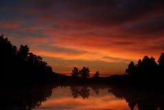 Por do sol sobre o lago cénico Fotos de Stock