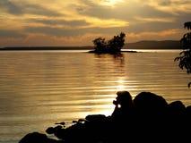 Por do sol sobre o lago com perfil da mulher Fotos de Stock Royalty Free