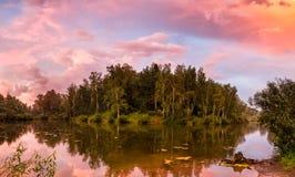 Por do sol sobre o lago com reflexão na água Imagem de Stock Royalty Free
