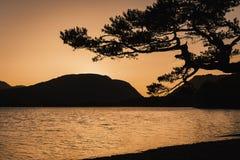 Por do sol sobre o lago da montanha foto de stock royalty free