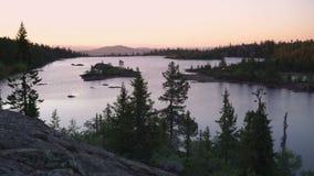 Por do sol sobre o lago das montanhas filme