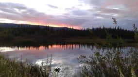 por do sol sobre o lago Minto, território yukon, Canadá Fotos de Stock Royalty Free