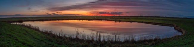 Por do sol sobre o lago nos Países Baixos Foto de Stock