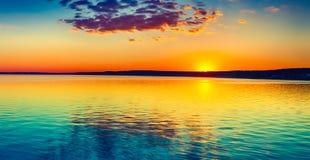 Por do sol sobre o lago Paisagem surpreendente do panorama Imagens de Stock Royalty Free