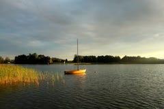 Por do sol sobre o lago Powidz no Polônia Fotografia de Stock Royalty Free