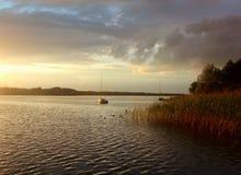 Por do sol sobre o lago Powidz no Polônia Imagem de Stock