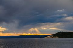 Por do sol sobre o lago Yellowstone foto de stock