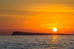 Por do sol sobre o mar fotos de stock