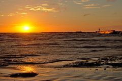 Por do sol sobre o mar Báltico com quebra-mar Foto de Stock Royalty Free