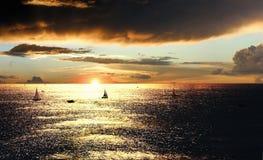 Por do sol sobre o mar com barcos imagem de stock