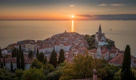 Por do sol sobre o mar de adriático e a cidade velha de Piran, Eslovênia Fotografia de Stock Royalty Free