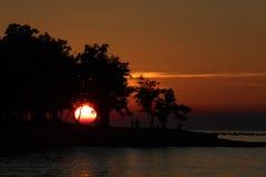 Por do sol sobre o mar e a praia Fotografia de Stock Royalty Free