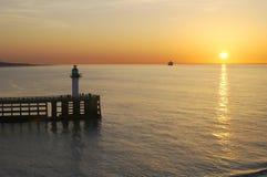 Por do sol sobre o mar em Calais. France Imagens de Stock