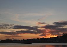 Por do sol sobre o mar na vila do marinheiro spain imagem de stock royalty free