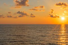 Por do sol sobre o mar nas nuvens O sol é da borda fotos de stock