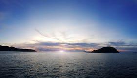 Por do sol sobre o mar no tempo crepuscular, bonito da natureza imagens de stock