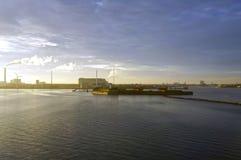 Por do sol sobre o mar Passo de Oresund, perto de Copenhaga, Dinamarca Imagem de Stock Royalty Free