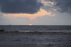 Por do sol sobre o Oceano Índico foto de stock