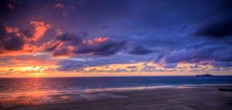 Por do sol sobre o oceano Fotos de Stock Royalty Free