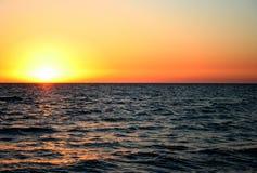 Por do sol sobre o oceano Fotografia de Stock