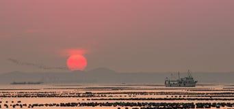 Por do sol sobre o oceano, CHONBURI, TAILÂNDIA imagem de stock royalty free
