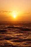 Por do sol sobre o oceano com ondas Foto de Stock Royalty Free