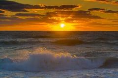Por do sol sobre o oceano com ondas Fotografia de Stock Royalty Free