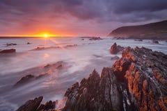 Por do sol sobre o oceano na rota NP do jardim, África do Sul imagem de stock royalty free