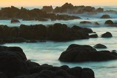 Por do sol sobre o Oceano Pacífico no bosque pacífico, perto da movimentação de 17 milhas e do Monterey, Califórnia imagens de stock