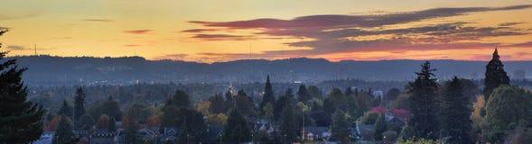 Por do sol sobre o panorama da arquitectura da cidade de Portland Oregon imagens de stock