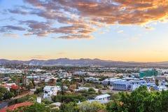 Por do sol sobre o panorama da cidade de Windhoek com as montanhas no backgro Imagem de Stock