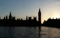 Por do sol sobre o parlamento britânico imagem de stock