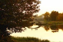 Por do sol sobre o parque da cidade Fotos de Stock