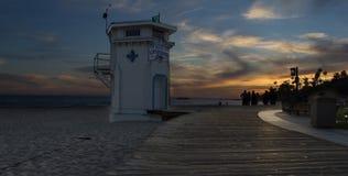 Por do sol sobre o passeio à beira mar principal da praia, Laguna Beach Foto de Stock Royalty Free