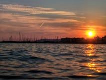 Por do sol sobre o porto imagens de stock royalty free