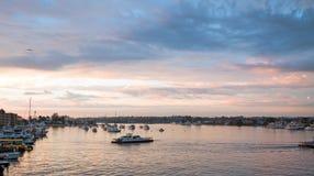 Por do sol sobre o porto da praia de Newport em Califórnia do sul EUA fotografia de stock